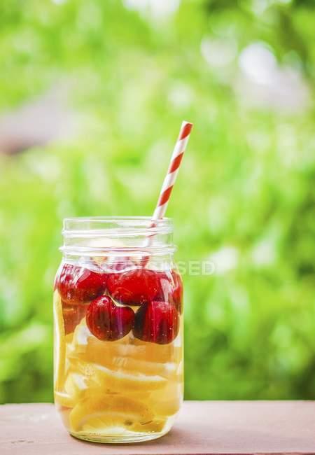 Tè freddo fruttato in vaso a vite — Foto stock
