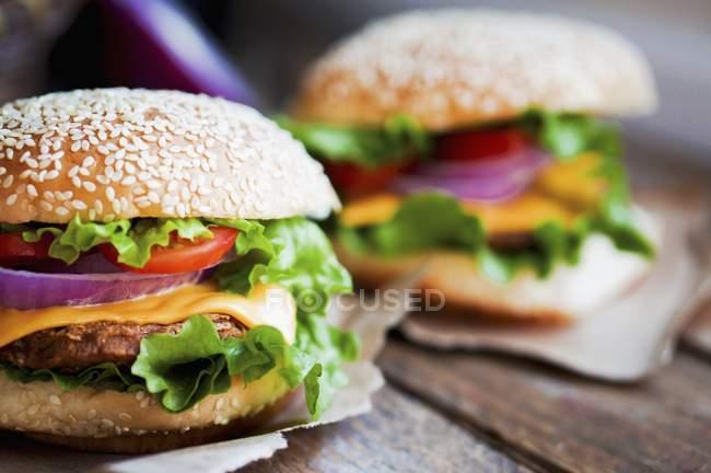 Hambúrgueres de queijo com cebola e batatas fritas — Fotografia de Stock