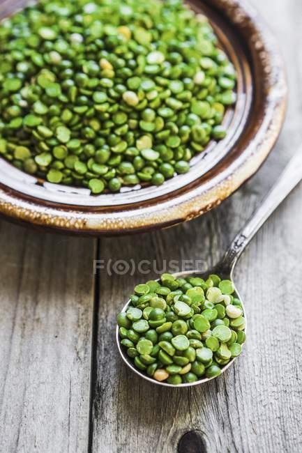 Organiques pois sur cuillère — Photo de stock
