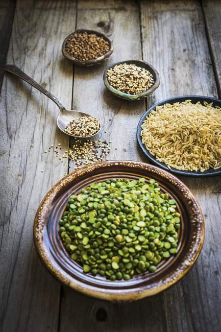 Piselli, riso, quinoa e grano saraceno — Foto stock