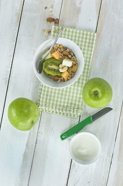 Мюслі з свіжих фруктів — стокове фото