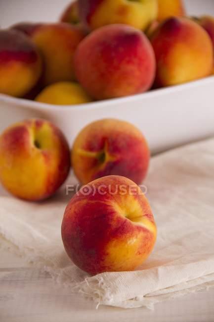 Свежие персики в миске — стоковое фото
