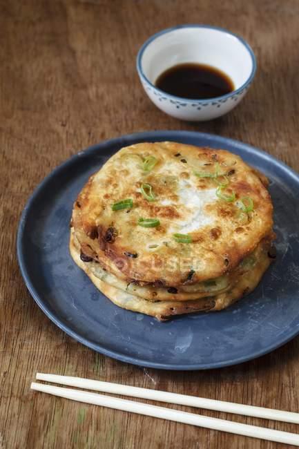 Cong You Bing frittelle di cipollotti fritte con un tuffo di soia sulla superficie di legno — Foto stock