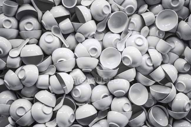 Vista de xícaras de porcelana branca superior, pilha de taças e colheres de sopa — Fotografia de Stock