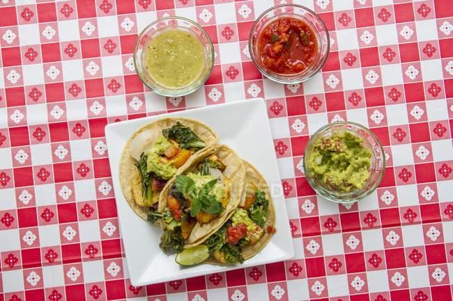 Tacos Di Vegano Con Kale Guacamole Salsa E Salsa Verde Su Una