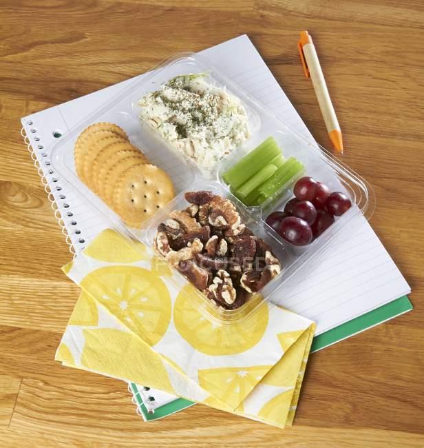 Ensalada con galletas y uvas - foto de stock