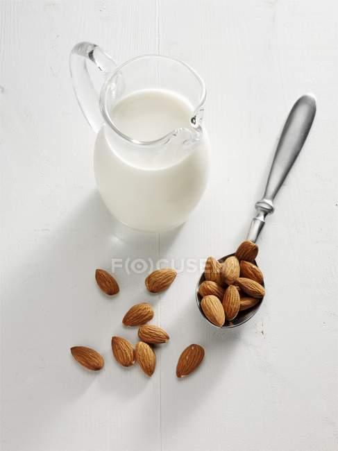 Миндальное молоко в стекле — стоковое фото