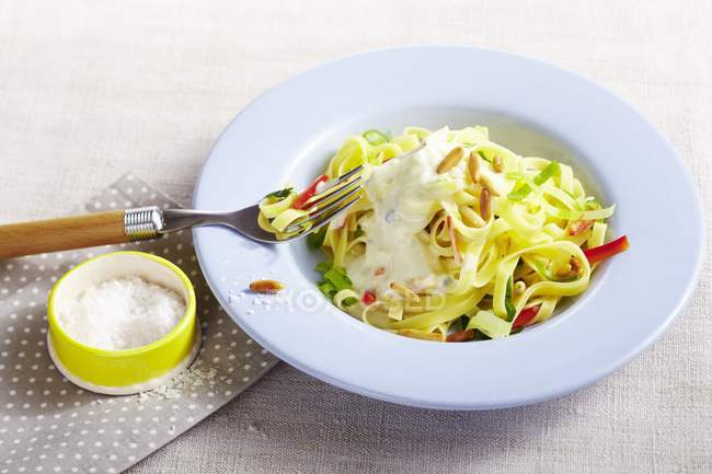 Tagliatelle de macarrão com molho de gorgonzola — Fotografia de Stock