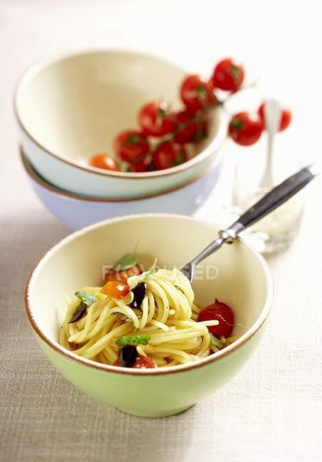 Pasta de espagueti con tomates - foto de stock
