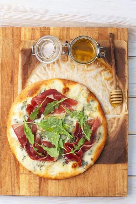 Pizza com gorgonzola e presunto — Fotografia de Stock