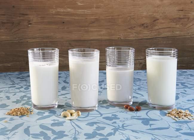 Различные типы веганского молока — стоковое фото