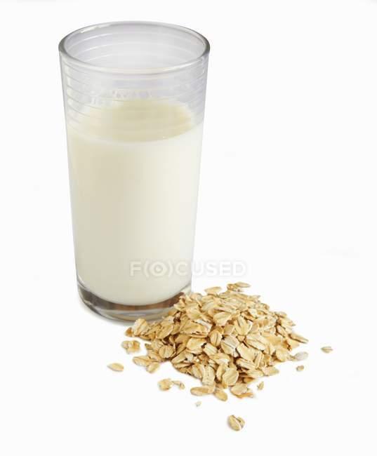 Latte d'avena in vetro — Foto stock