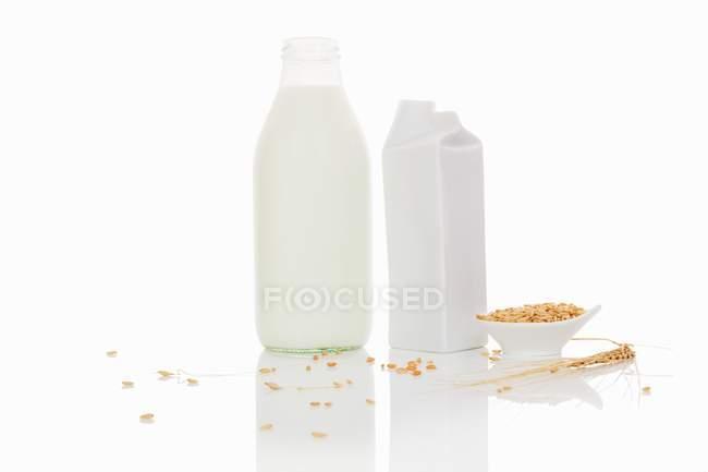 Getreidemilch in der Flasche — Stockfoto