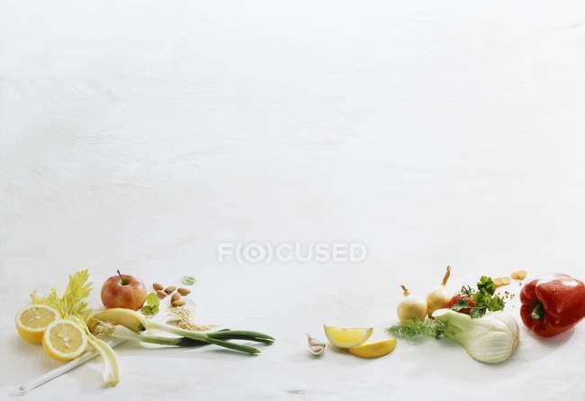 Eine Anordnung von Obst und Gemüse auf weißem Hintergrund — Stockfoto