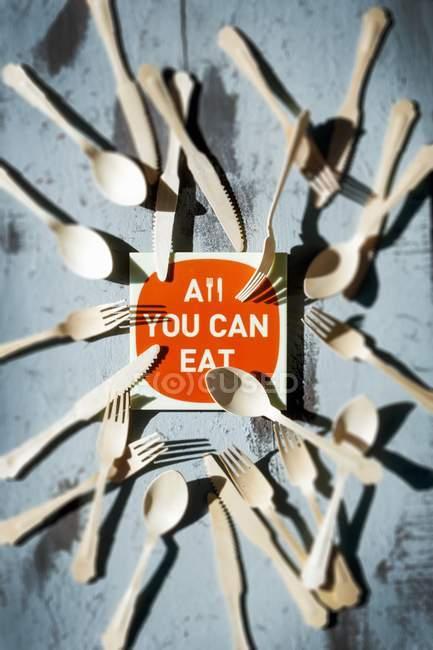 Vista dall'alto di All You Can Eat segno circondato da posate — Foto stock