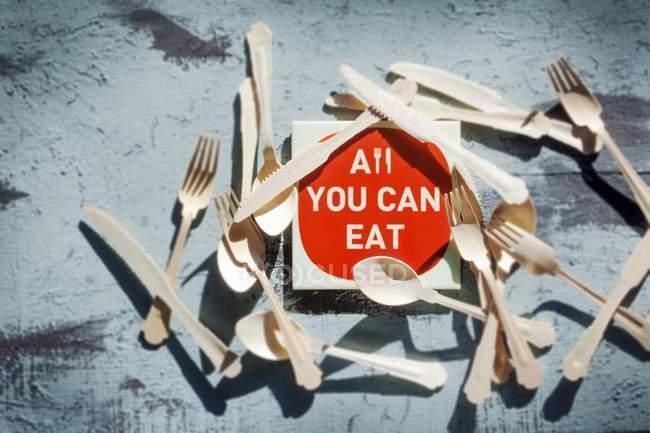 Vista dall'alto di un cartello All you can eat circondato da posate — Foto stock