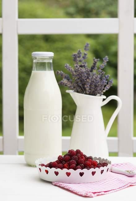 Garrafa de leite na mesa — Fotografia de Stock