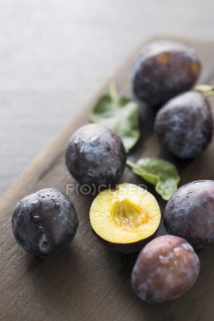 Freshly washed plums — Stock Photo