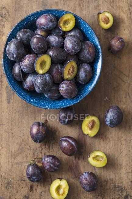 Ciruelas frescas en tazón - foto de stock