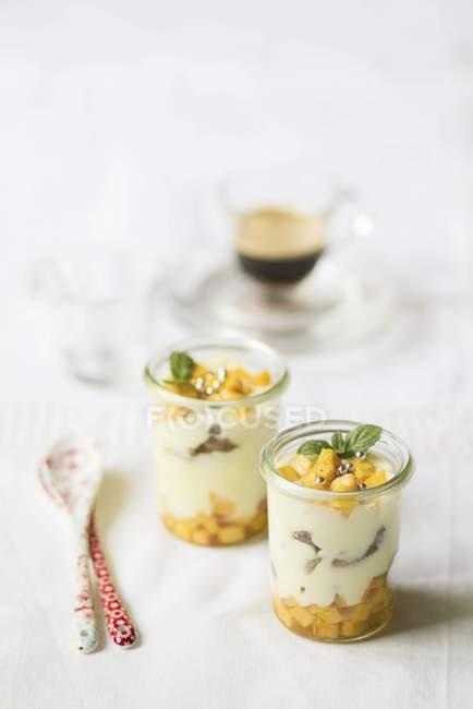 Pfirsich-Salat mit Mascarpone-Creme — Stockfoto