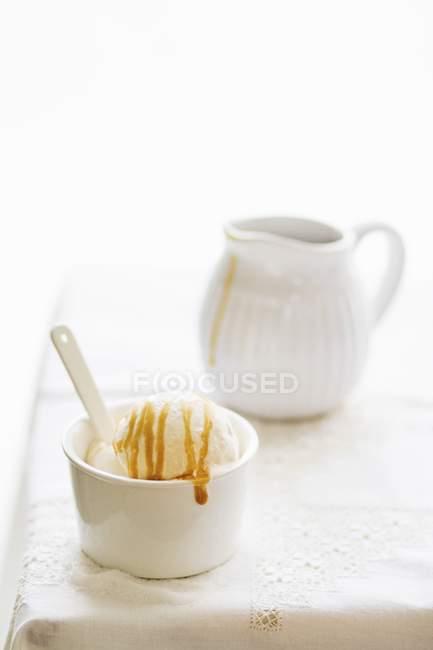Helado con caramelo salado - foto de stock