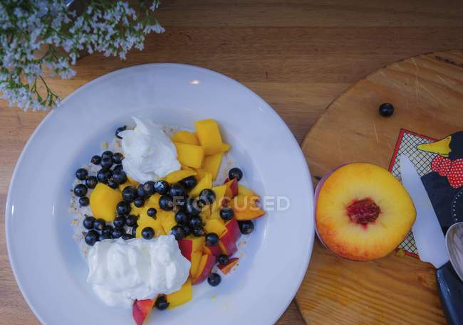 Мюслі з персики — стокове фото