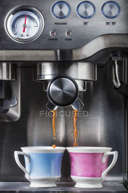 Zubereitung von Kaffee in Tassen mit Espresso-Maschine — Stockfoto