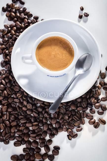 Tazza di espresso su chicchi di caffè — Foto stock