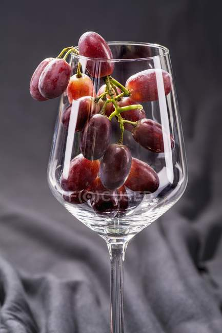 Red grapes in wine glass — Stock Photo