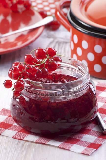 Marmellata di ribes rosso in vaso — Foto stock