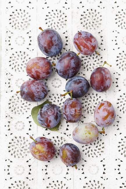 Ciruelas maduras frescas - foto de stock