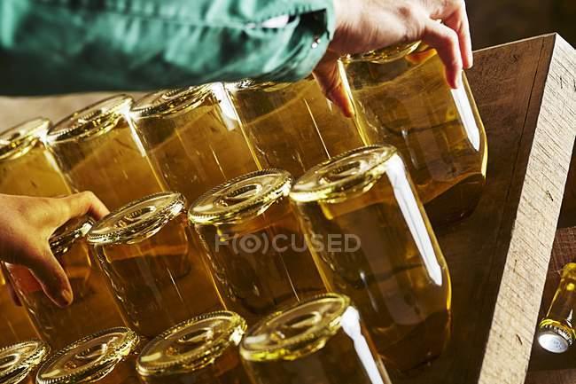 Працівник рухомих пляшок шампанського — стокове фото