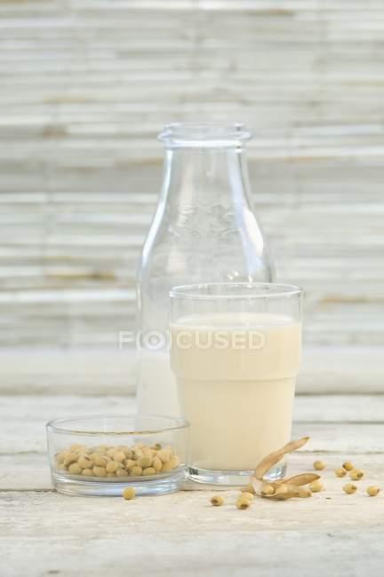 Latte di soia in vetro — Foto stock