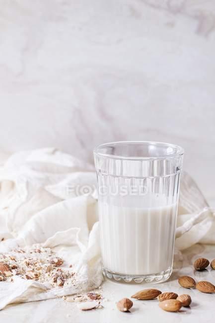 Verre de lait d'amande — Photo de stock
