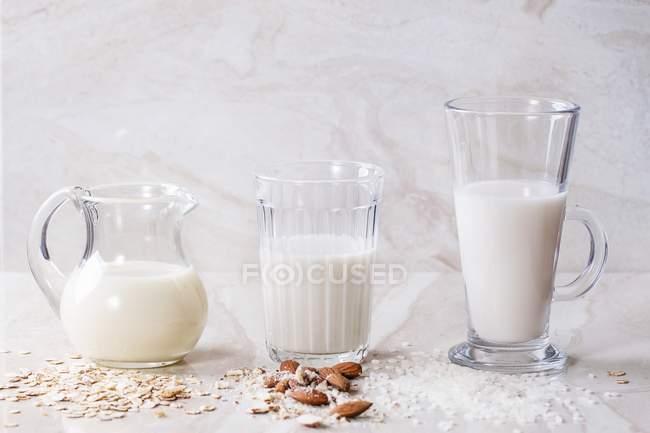 Овсяное молоко в стаканах — стоковое фото