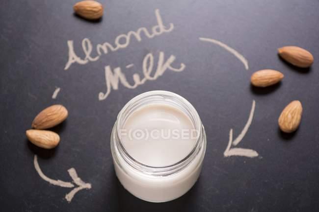 Mandelmilch im Glas — Stockfoto