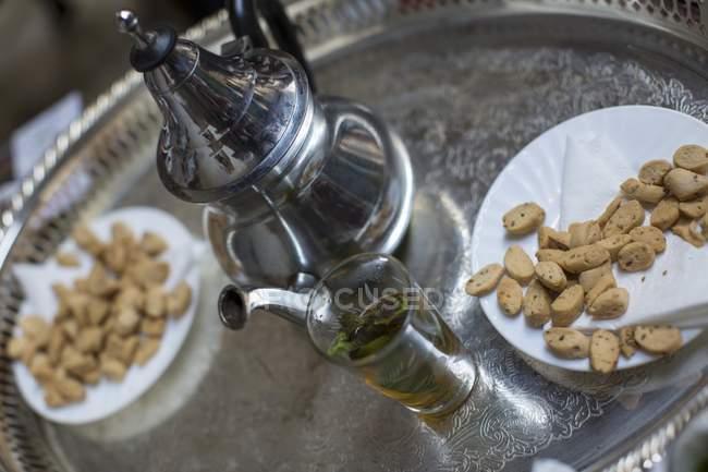 Biscoitos e chá de hortelã — Fotografia de Stock