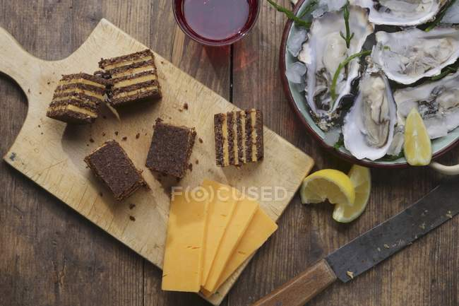 Pumpernickel con queso cheddar y limones - foto de stock