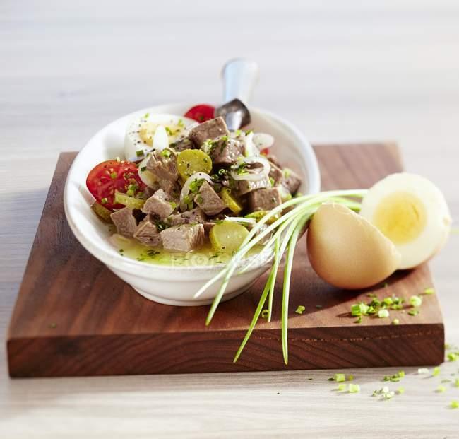 Rindfleischsalat in Schüssel und Gemüse — Stockfoto