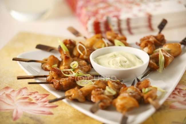 Vue rapprochée des brochettes de poulet orientales avec trempette — Photo de stock
