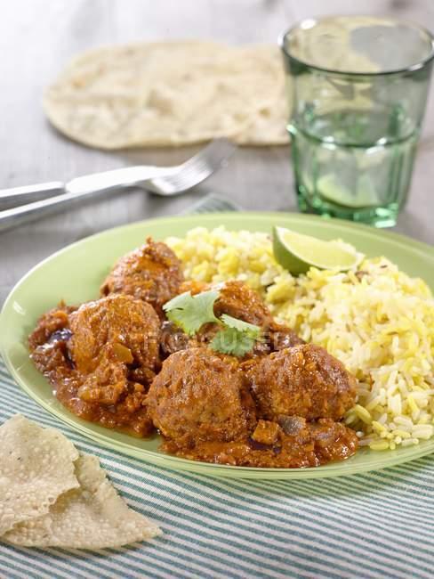 Boulettes de viande au curry avec riz safran — Photo de stock