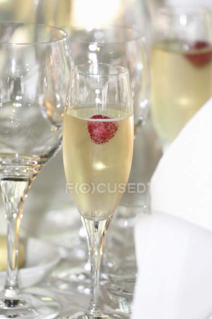 Raspberries in glasses of champagne — Stock Photo
