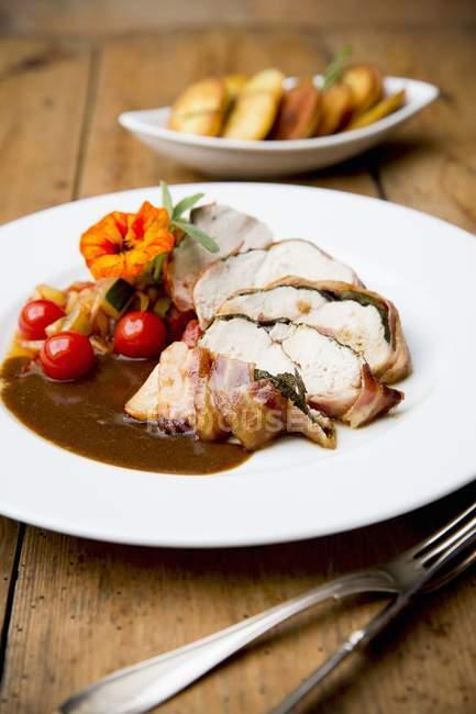 Saltimbocca de pollo con tomates - foto de stock