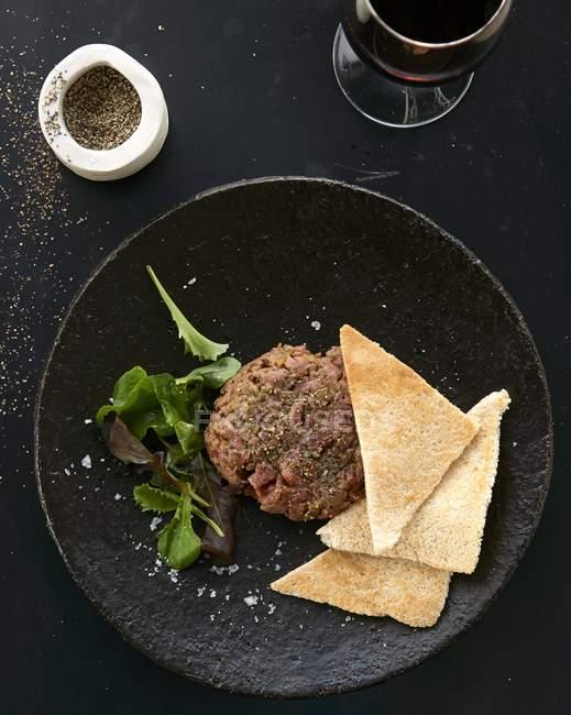 Pepato cotoletta con insalata e pane tostato — Foto stock