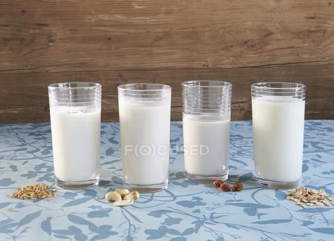 Веганские молоко с ингредиентами — стоковое фото