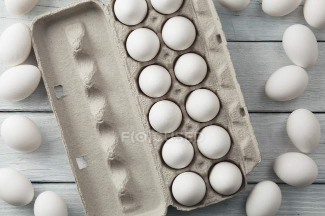 Белые яйца в коробке яйцо — стоковое фото