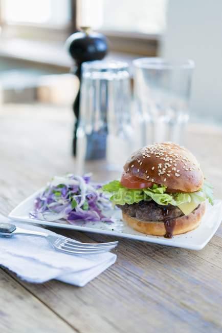 Hambúrguer com queijo e tomate — Fotografia de Stock