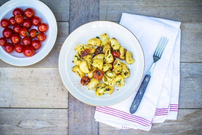 Pasta shells with fried cherry tomatoes — Stock Photo