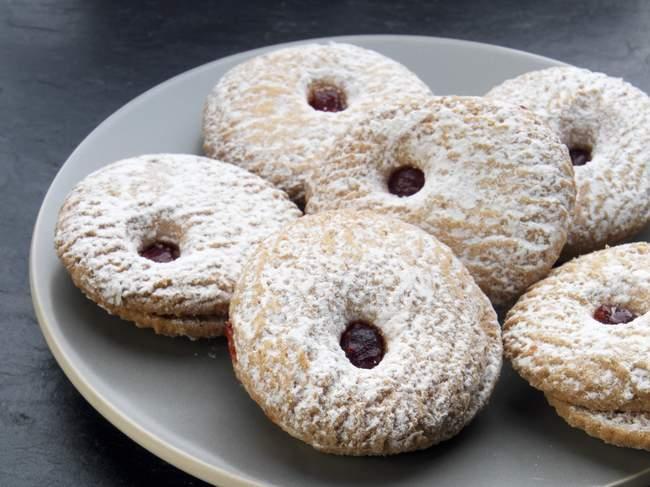 Малина заполненные печенье — стоковое фото