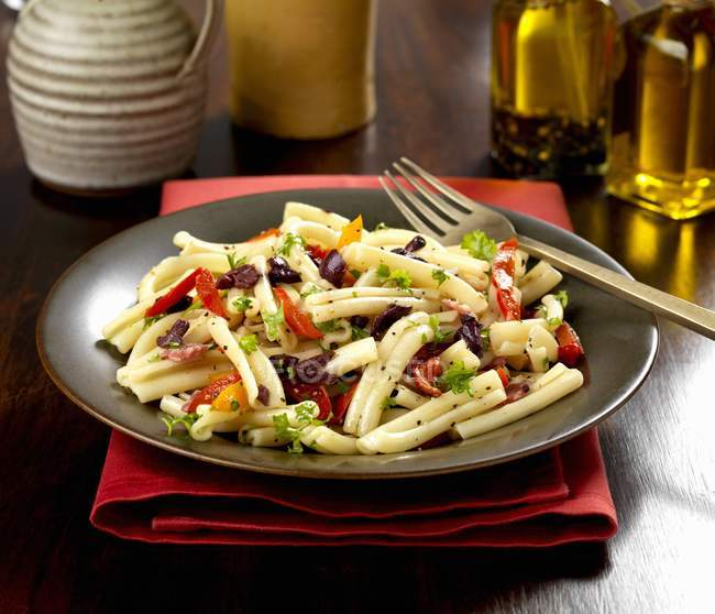 Casarecce gluten free pasta with peppers — Stock Photo